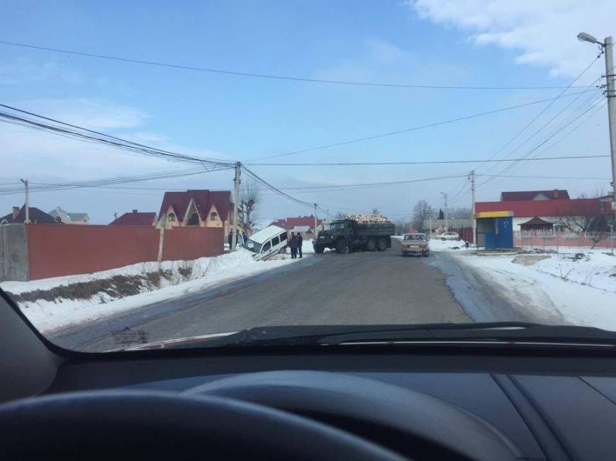На Буковині фургон злетів у кювет, фото-1