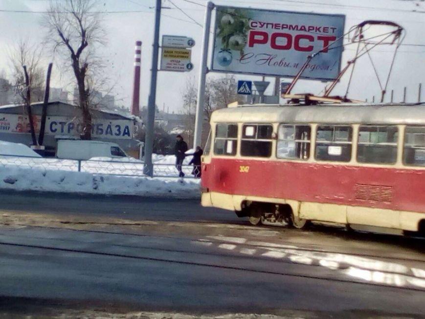 Возле ЮЖД трамвай развернуло поперек дороги (ФОТО), фото-3