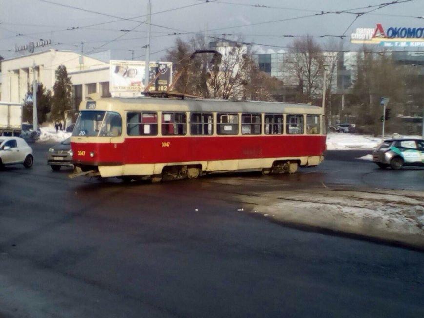 Возле ЮЖД трамвай развернуло поперек дороги (ФОТО), фото-2