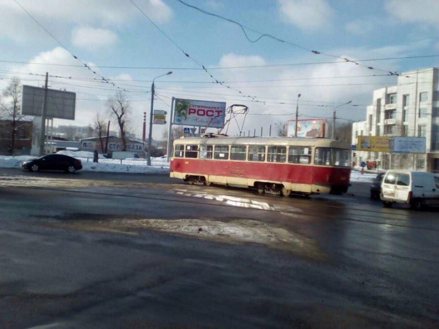 Возле ЮЖД трамвай развернуло поперек дороги (ФОТО), фото-1