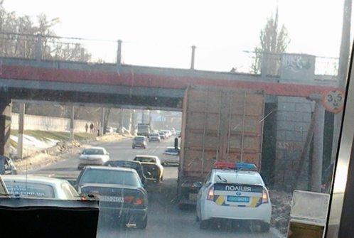 В Одессе под путепроводом застряла фура (ФОТО), фото-1