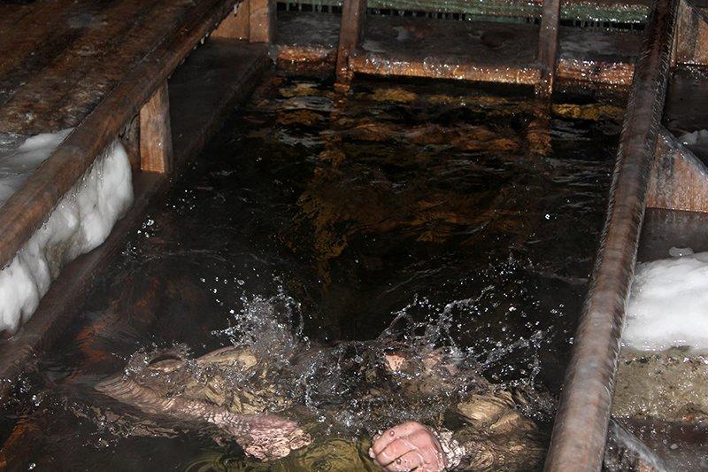 В крещенскую ночь в ледяную воду окунулись сотни белгородцев, фото-9