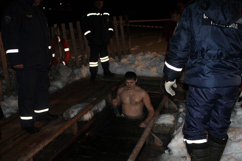 В крещенскую ночь в ледяную воду окунулись сотни белгородцев, фото-3