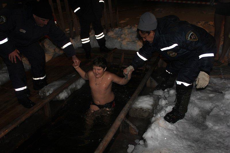 В крещенскую ночь в ледяную воду окунулись сотни белгородцев, фото-11