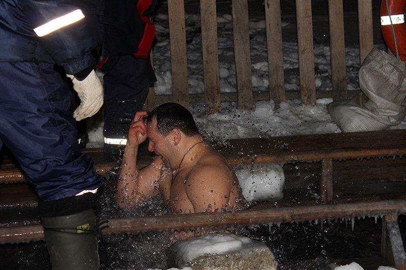 В крещенскую ночь в ледяную воду окунулись сотни белгородцев, фото-4