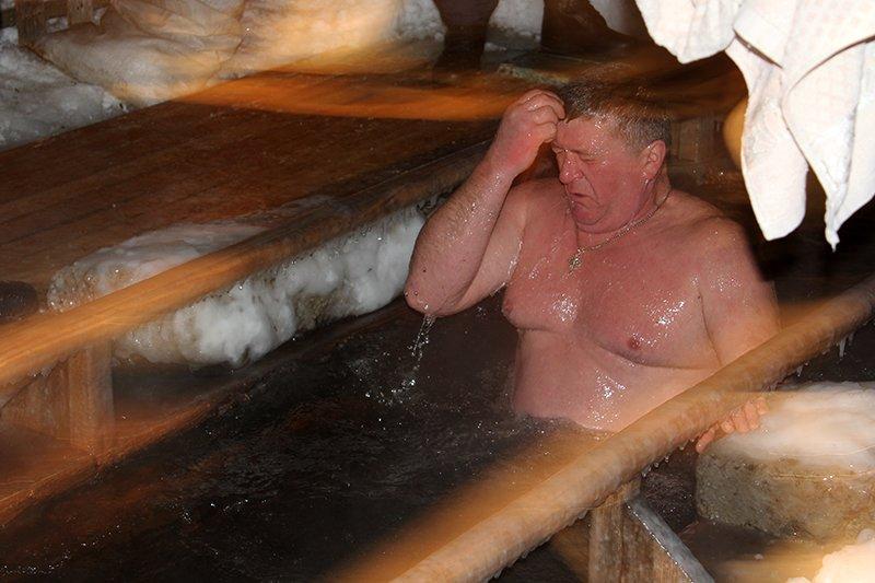В крещенскую ночь в ледяную воду окунулись сотни белгородцев, фото-7