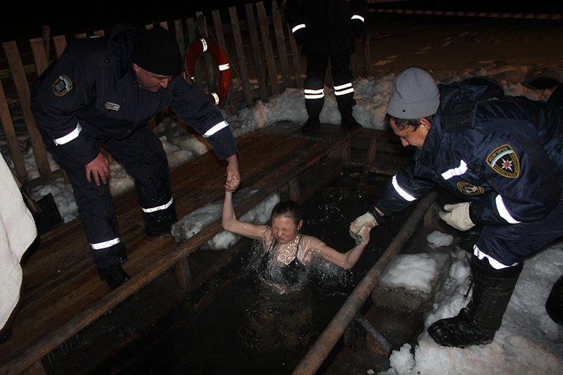 В крещенскую ночь в ледяную воду окунулись сотни белгородцев, фото-5