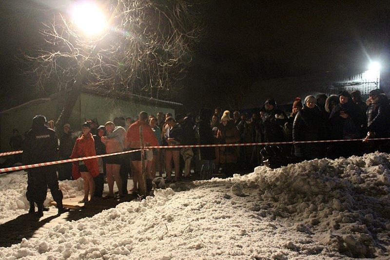 В крещенскую ночь в ледяную воду окунулись сотни белгородцев, фото-10