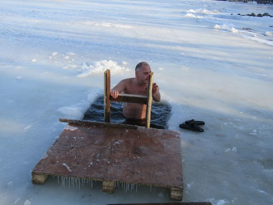 Вода, мороз и плавки: как николаевцы купались на Крещение (ФОТО), фото-4