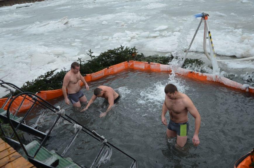 Лед и отмель не преграда! Мариупольцы окунаются в воду на Крещение (ФОТО+ВИДЕО), фото-18