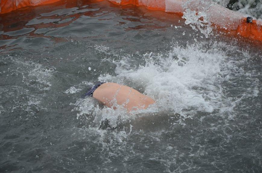 Лед и отмель не преграда! Мариупольцы окунаются в воду на Крещение (ФОТО+ВИДЕО), фото-23