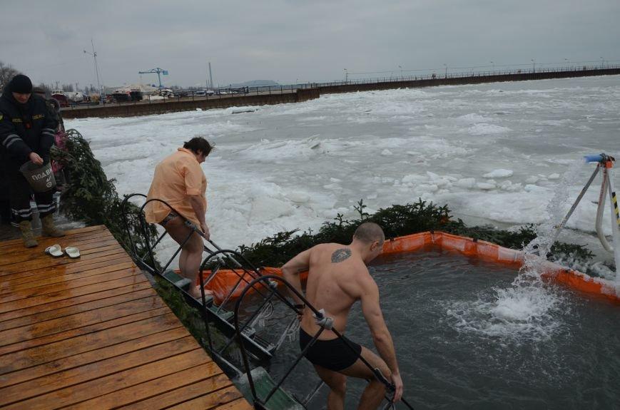 Лед и отмель не преграда! Мариупольцы окунаются в воду на Крещение (ФОТО+ВИДЕО), фото-5