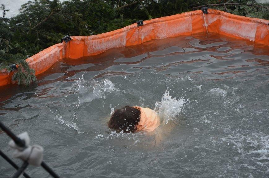 Лед и отмель не преграда! Мариупольцы окунаются в воду на Крещение (ФОТО+ВИДЕО), фото-6