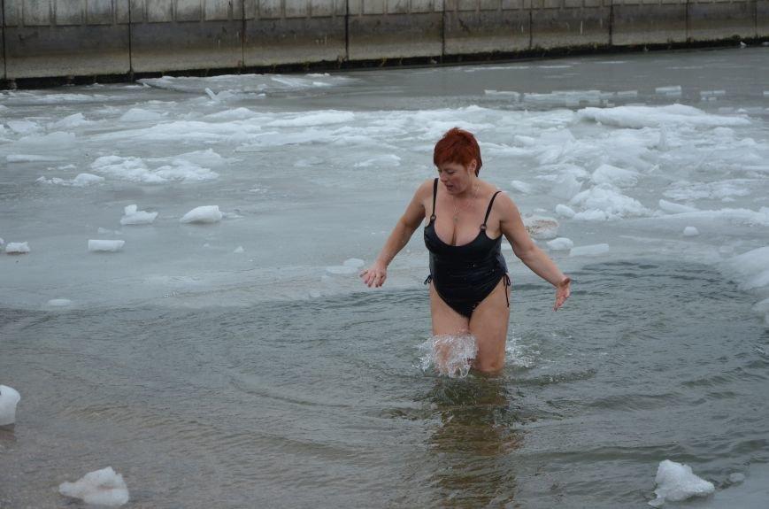 Лед и отмель не преграда! Мариупольцы окунаются в воду на Крещение (ФОТО+ВИДЕО), фото-1