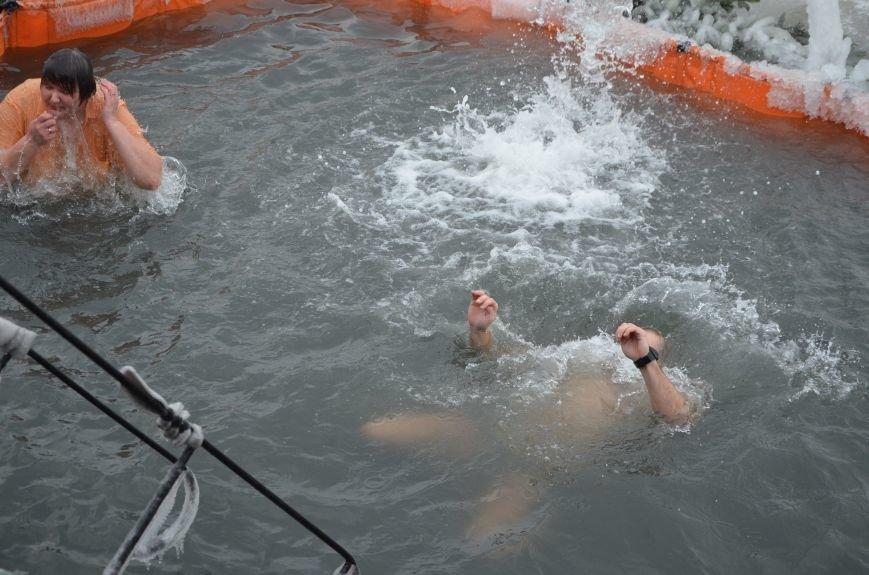 Лед и отмель не преграда! Мариупольцы окунаются в воду на Крещение (ФОТО+ВИДЕО), фото-8