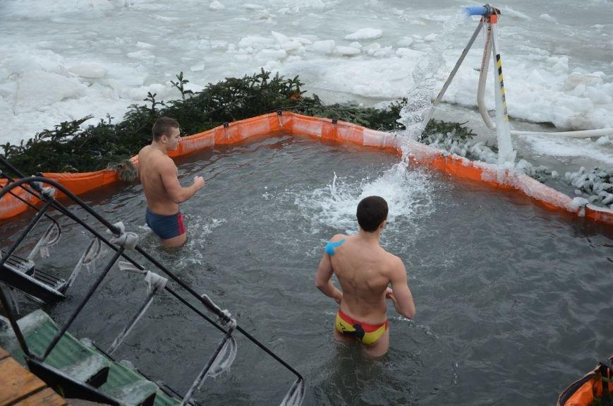 Лед и отмель не преграда! Мариупольцы окунаются в воду на Крещение (ФОТО+ВИДЕО), фото-2