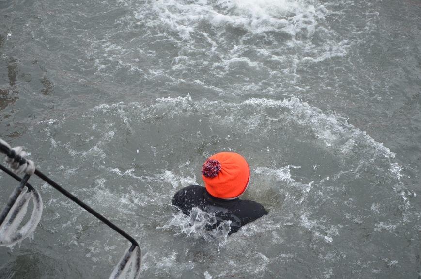 Лед и отмель не преграда! Мариупольцы окунаются в воду на Крещение (ФОТО+ВИДЕО), фото-3