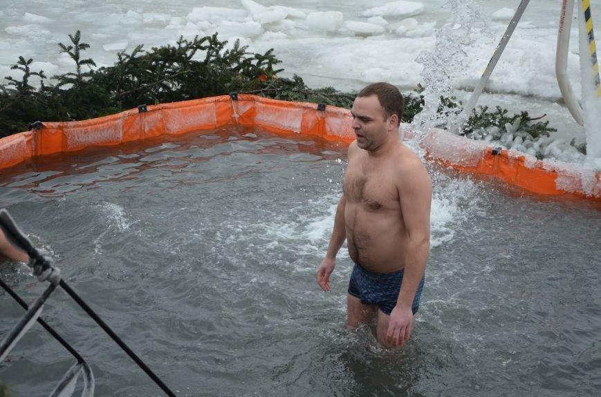 Лед и отмель не преграда! Мариупольцы окунаются в воду на Крещение (ФОТО+ВИДЕО), фото-15
