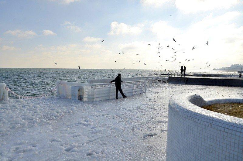 В Одессе шторм покрыл льдом набережную пляжа (ФОТО), фото-7