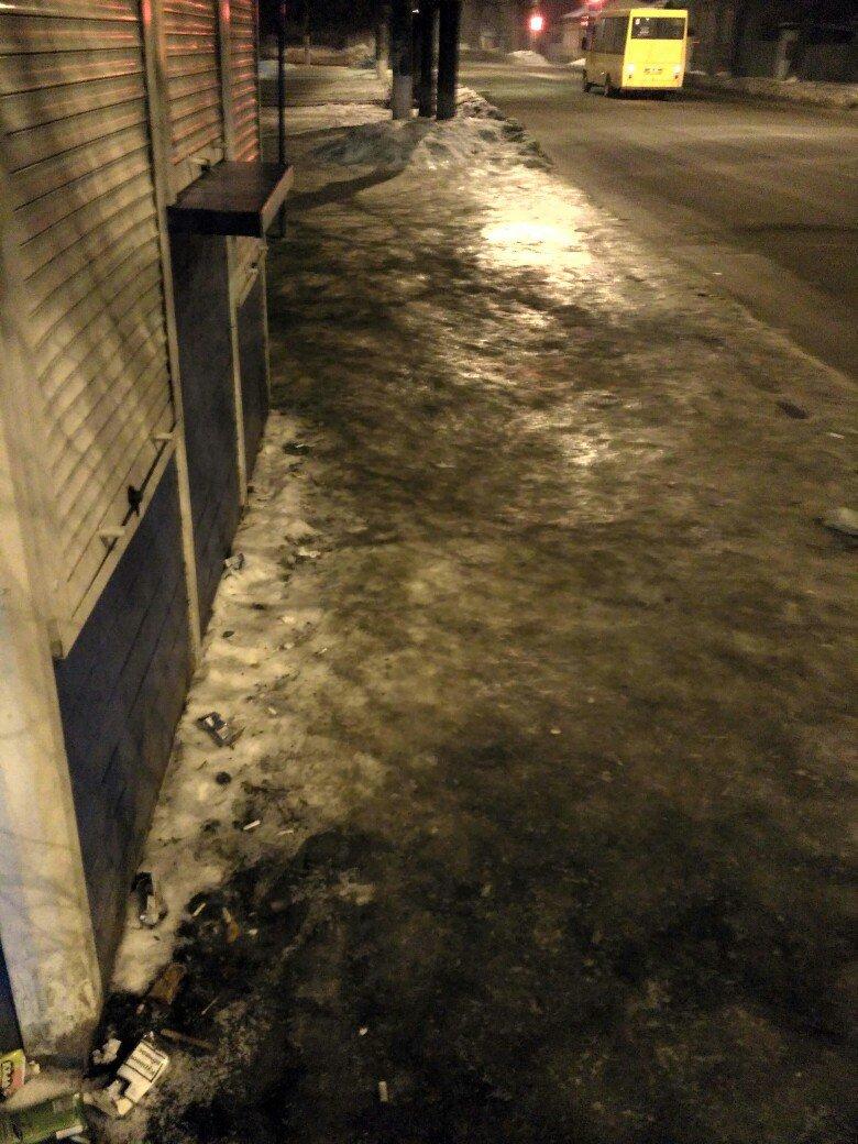 Сумчанка, поскользнувшись на остановке «ул. Калинина», скатилась на проезжую часть (ФОТО), фото-3