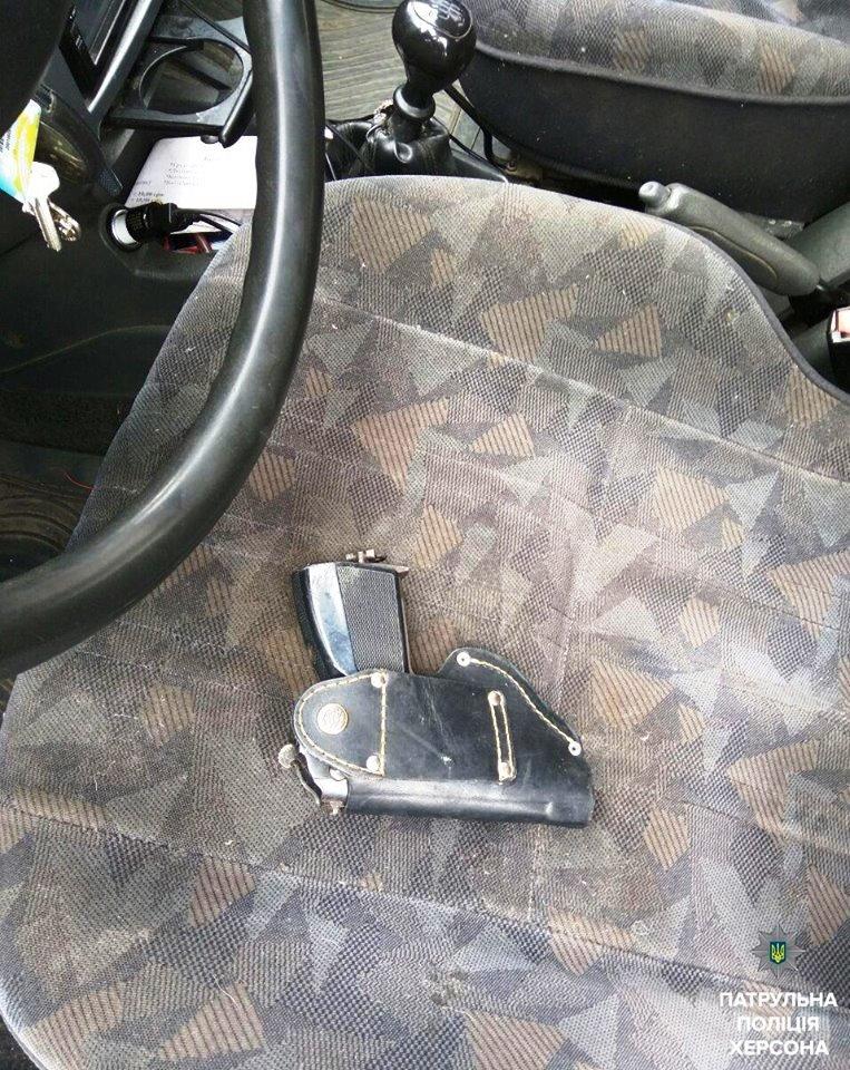 У задержанного за нарушение ПДД херсонца патрульные в авто обнаружили предмет, похожий на пистолет (фото), фото-1