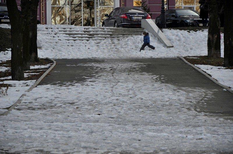 Коммунальщики не расчистили аллеи одесского парка (ФОТО), фото-1