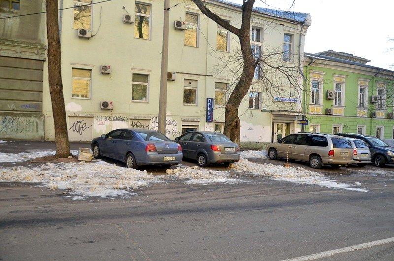 Одесские дворники набросали льда под колеса машин (ФОТО), фото-10