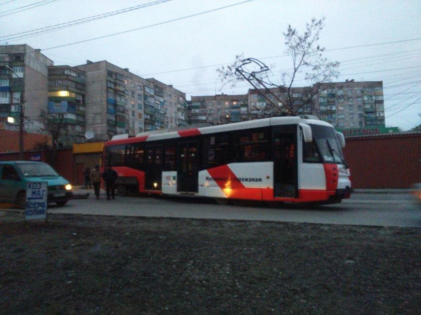 В Мариуполе трамвай сошел с рельсов, перегородив дорогу (Фотофакт), фото-1