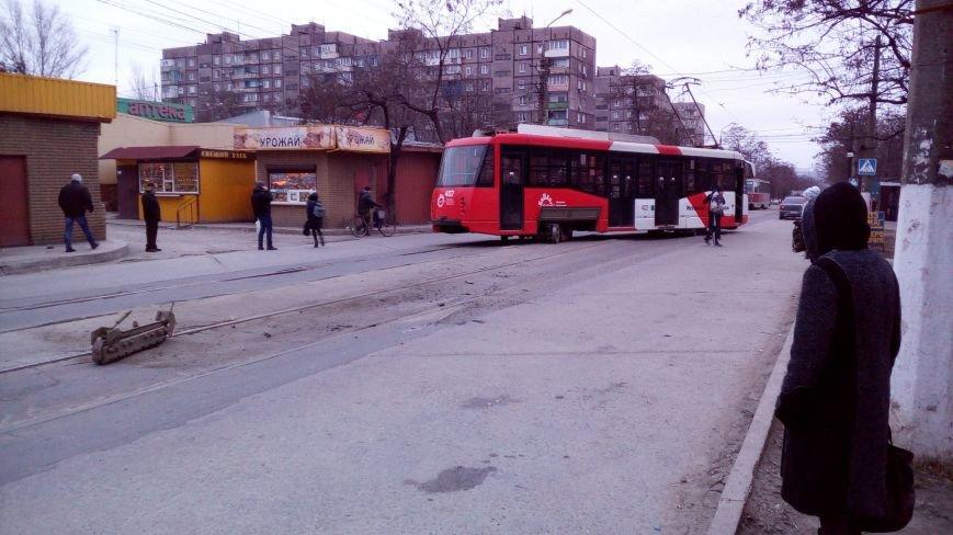 В Мариуполе трамвай сошел с рельсов, перегородив дорогу (Фотофакт), фото-2