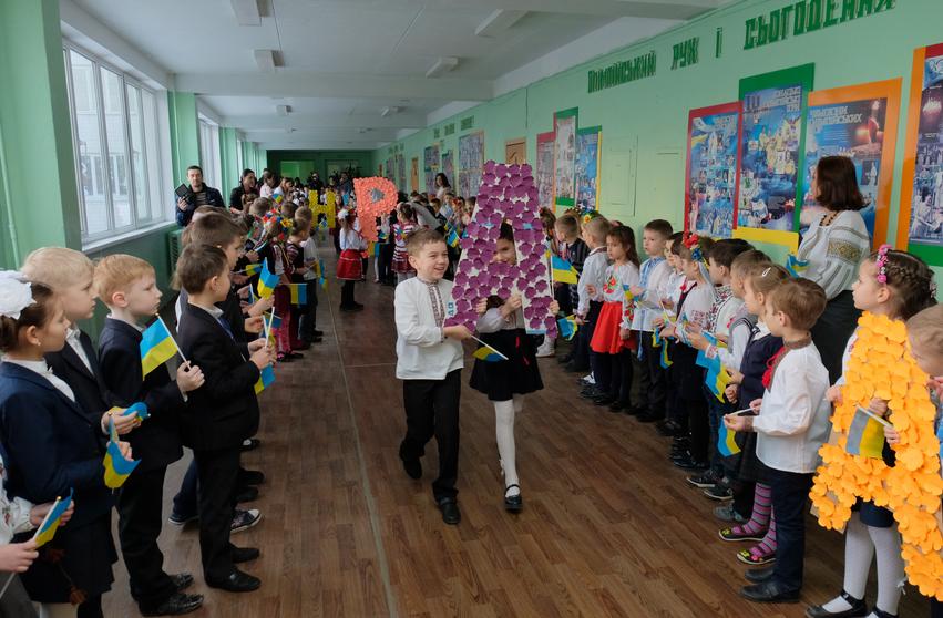 В Днепре 200 учеников младших классов организовали патриотический флеш-моб (ФОТО), фото-1