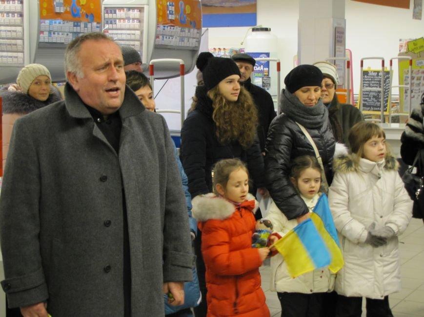 Хористы киевской церкви Василия Великого устроили в Мелитополе песенный флешмоб (видео), фото-4