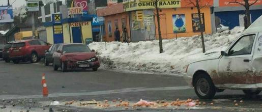 Яєчне ДТП: на Броварському проспекті зіткнулися два автомобілі, фото-1