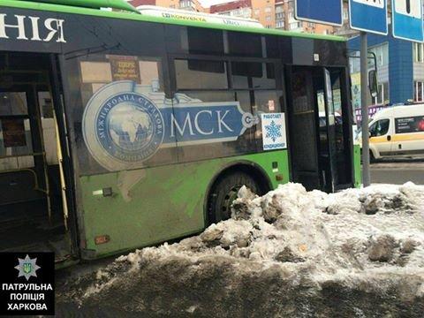 В Харькове троллейбус снес забор и выехал на встречную полосу (ФОТО), фото-2