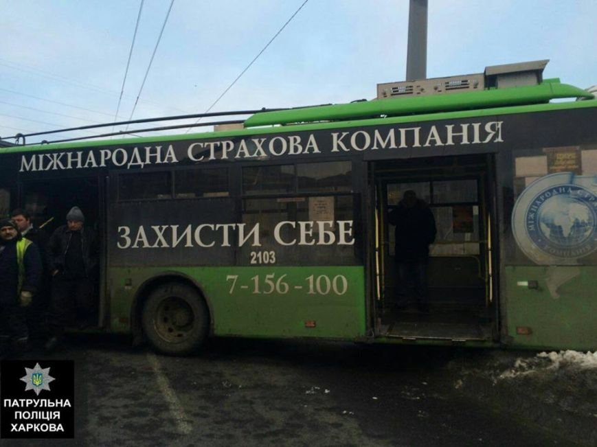 В Харькове троллейбус снес забор и выехал на встречную полосу (ФОТО), фото-1