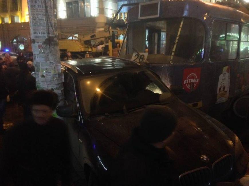 В центре Одессы трамвай сошел с рельсов и протаранил пять машин (ФОТО), фото-2