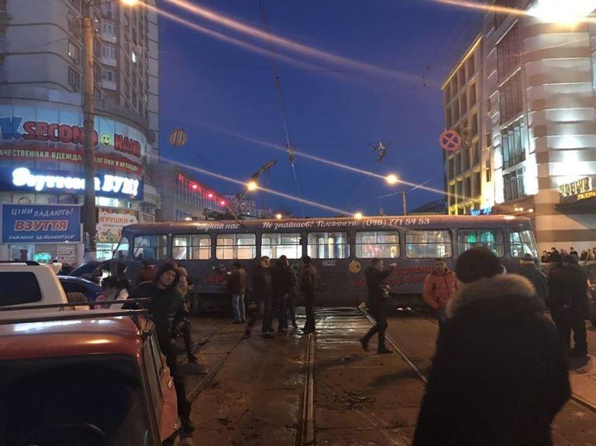 В центре Одессы трамвай сошел с рельсов и протаранил пять машин (ФОТО), фото-1
