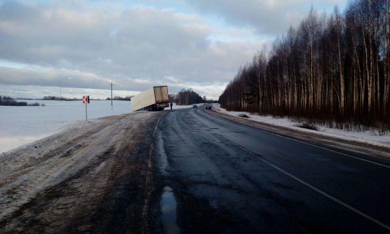 На трассе Витебск – Полоцк произошло ДТП. Фура «сложилась в ножницы», водитель легковушки погиб. ФОТО, фото-1