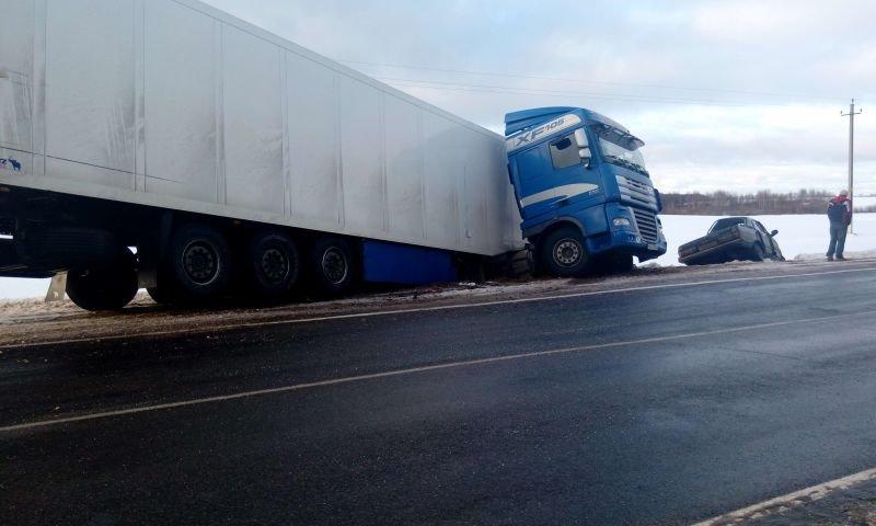 На трассе Витебск – Полоцк произошло ДТП. Фура «сложилась в ножницы», водитель легковушки погиб. ФОТО, фото-4