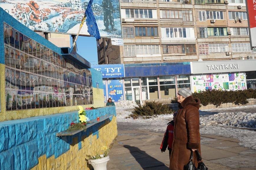 В Кривом Роге повторно сожгли Украинский флаг на стеле Героев (ФОТО), фото-13