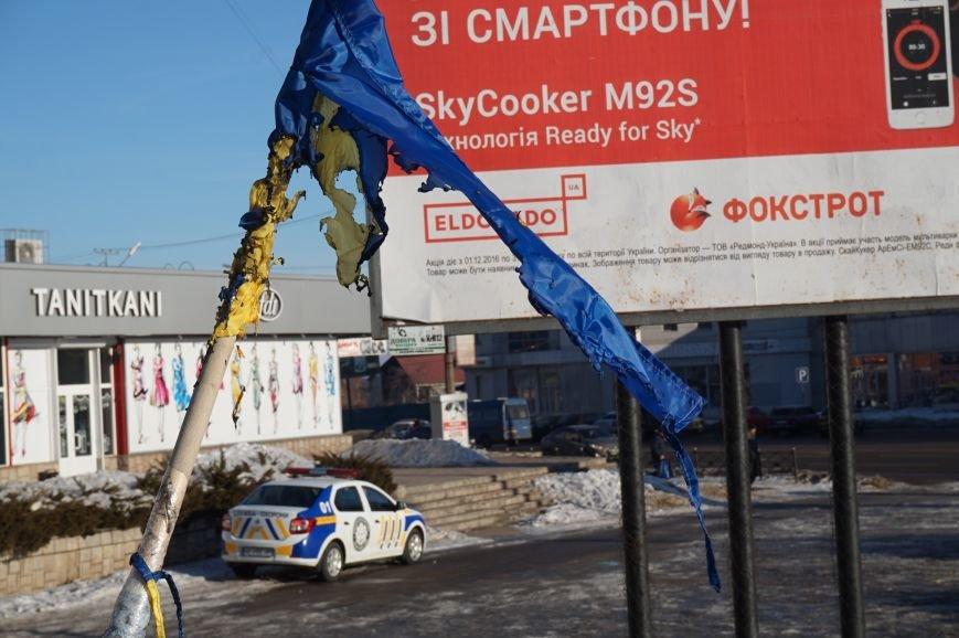 В Кривом Роге повторно сожгли Украинский флаг на стеле Героев (ФОТО), фото-11