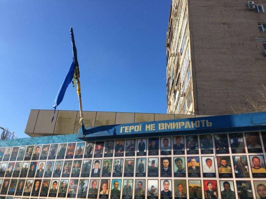 В Кривом Роге повторно сожгли Украинский флаг на стеле Героев (ФОТО), фото-1