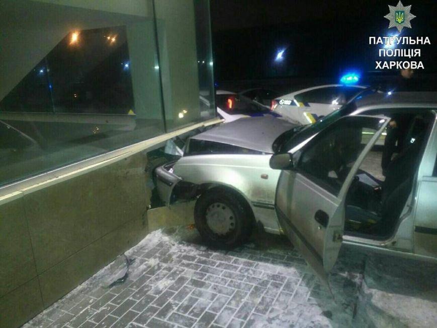 В Харькове пьяный водитель врезался в офисное здание (ФОТО), фото-1