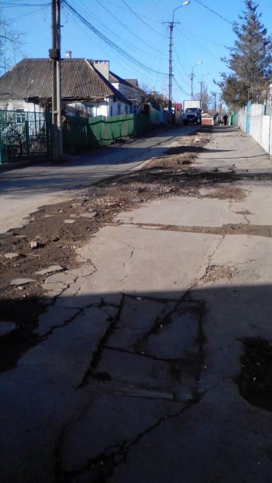 Мариупольцам с улицы Депутатской благоустроить дороги не помогает даже громкое название (ФОТО), фото-1
