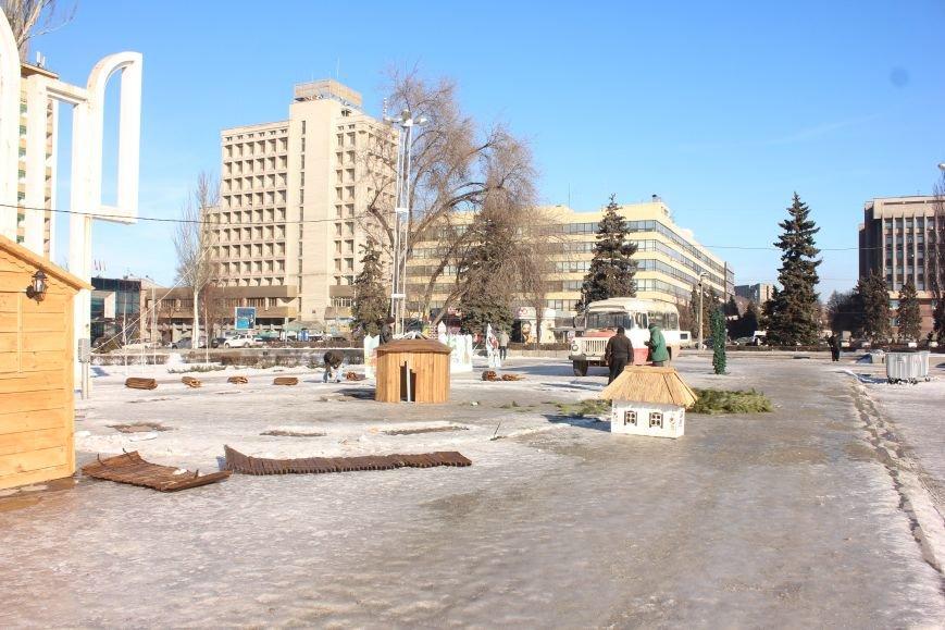 В Запорожье разбирают елку и новогодний городок, - ФОТОРЕПОРТАЖ, фото-3