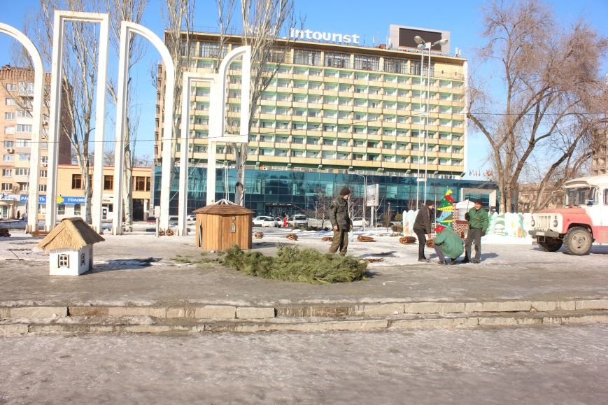 В Запорожье разбирают елку и новогодний городок, - ФОТОРЕПОРТАЖ, фото-1