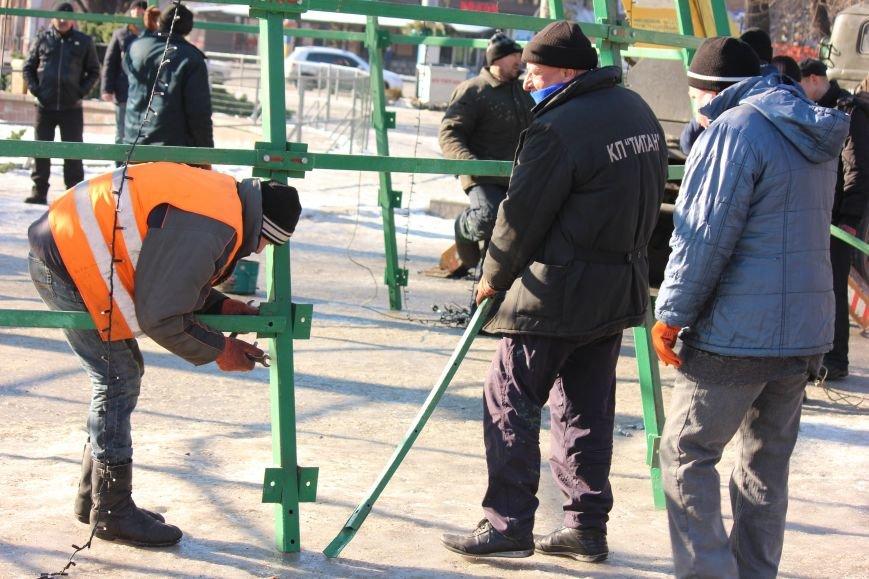 В Запорожье разбирают елку и новогодний городок, - ФОТОРЕПОРТАЖ, фото-13