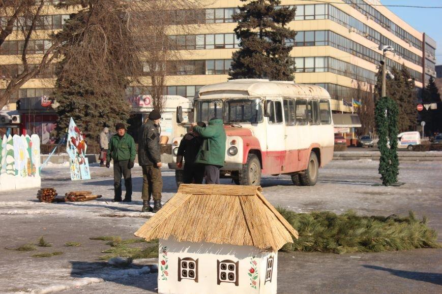 В Запорожье разбирают елку и новогодний городок, - ФОТОРЕПОРТАЖ, фото-5
