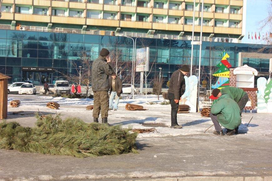 В Запорожье разбирают елку и новогодний городок, - ФОТОРЕПОРТАЖ, фото-2