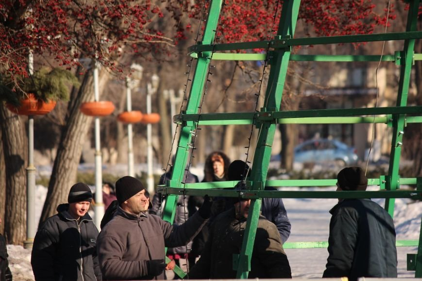 В Запорожье разбирают елку и новогодний городок, - ФОТОРЕПОРТАЖ, фото-14