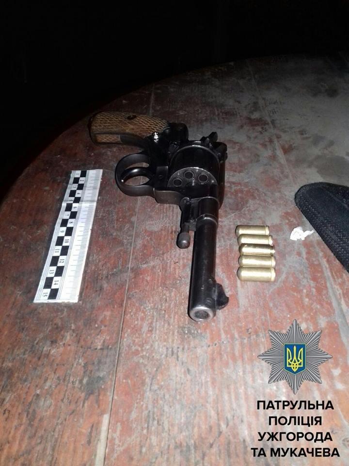 В Ужгороді на автобусній зупинці затримали чоловіків зі зброєю: фото, фото-1